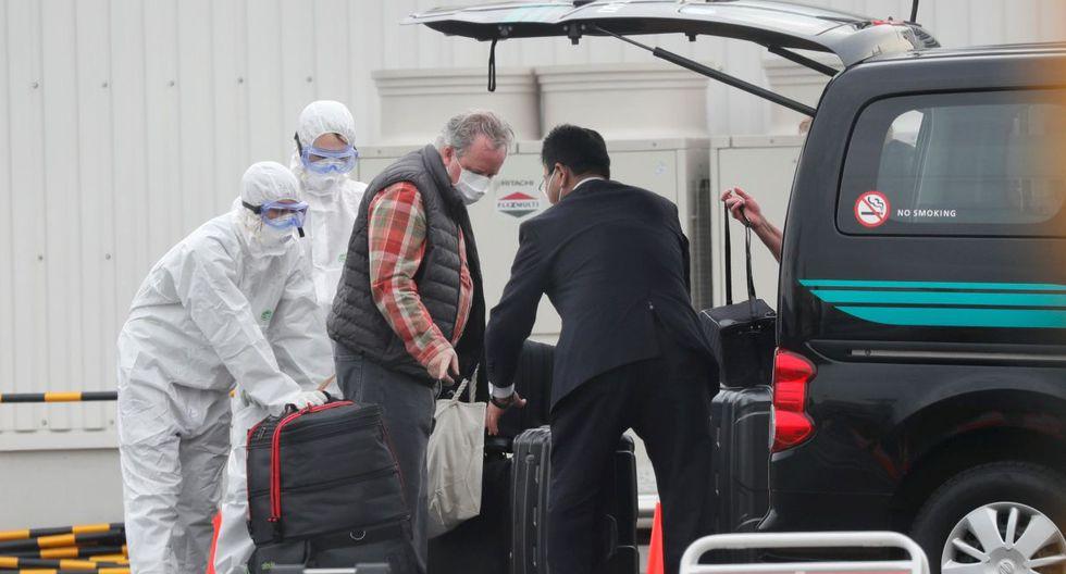 Las maletas de un pasajero son cargadas en un vehículo después de desembarcar del crucero Diamond Princess. (Reuters).