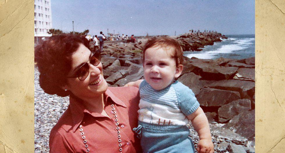 Lucrecia Labó de Currarino.  En la imagen, con 36 años, cargando en brazos a su hijo Alessando, de un año y medio, en La Punta-Callao. Año 1978.