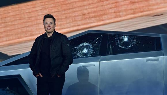 Elon Musk con las ventanas rotas del Tesla Cybertruck. (Foto: Frederic Brown / AFP)