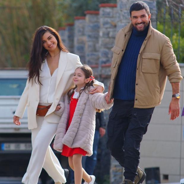 """Beren Jinshalp, Tuba Buyukustun e Engin Akyurek saranno i protagonisti della terza stagione di """"La figlia dell'ambasciatore"""" (Foto: Beren Gençalp / Instagram)"""
