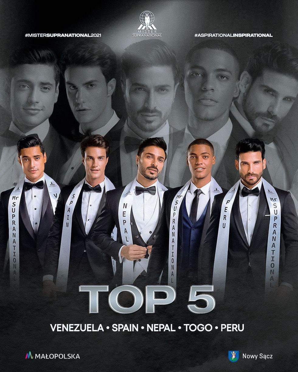 Varo Vargas junto a los otros finalistas de la etapa final del Mister Supranational 2021. Foto:  @officialmistersupranational en Instagram.