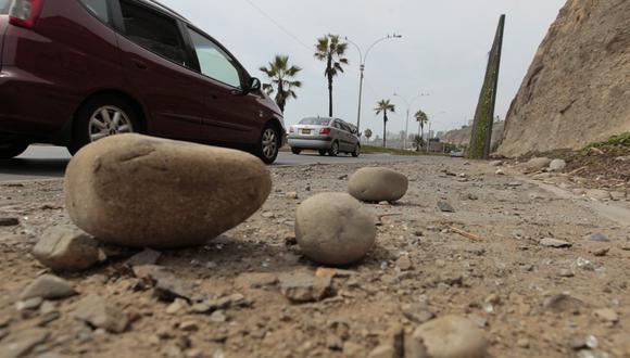 Costa Verde: piedra de acantilado cayó sobre auto en Barranco