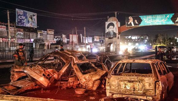 Funcionarios de seguridad afganos inspeccionan el lugar de la explosión de una bomba en Kabul, Afganistán, el 3 de junio de 2021. (EFE / EPA / HEDAYATULLAH AMID).