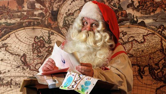Papá Noel lee los deseos de los niños de todas partes del mundo. Imagen tomada en el parque temático dedicado a Santa Claus en Rovaniemi, Finlandia, en el 2000. AFP