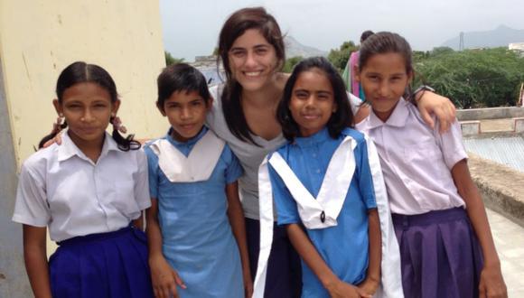 María Antonieta Alva junto a un grupo de estudiantes en la India. (Foto: Blog New Delhi, New Deals)
