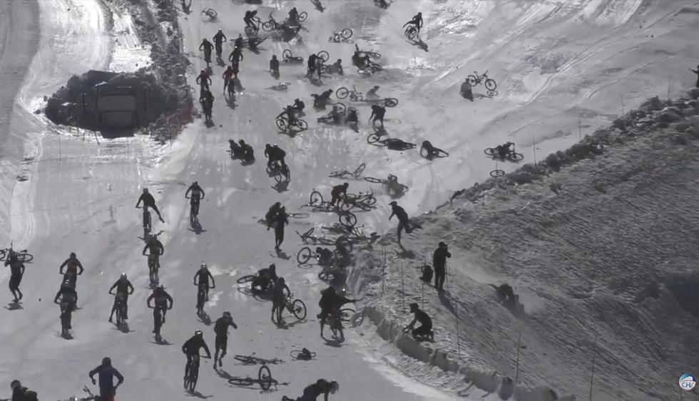 El descenso más loco sobre nieve acaba en una multitudinaria caída. El video es viral en las redes sociales. (Facebook)