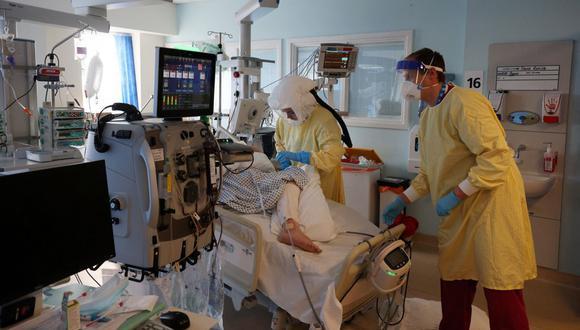 Personal sanitario atiende a un paciente de coronavirus Covid-19 en la cuidados intensivos en la Unidad de Cuidados Intensivos (UCI) del Hospital Queen Alexandra en Portsmouth, sur de Inglaterra, el 23 de marzo de 2021. (Foto de ADRIAN DENNIS / AFP).