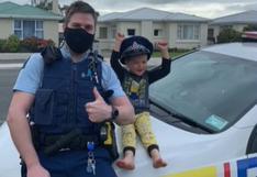 Niño de 4 años llama a la policía para que vayan a su casa para regalarles sus juguetes