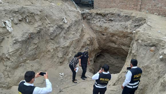 Tercera fiscalía de extinción de dominio de Lima y agentes de la Policía Nacional intervienen terreno donde fue hallado el narco túnel. (Foto: PNP)
