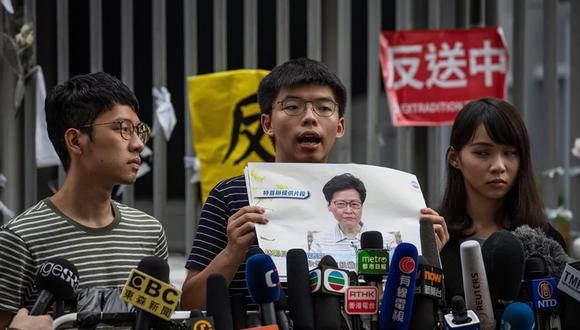 Imagen de archivo del activista Joshua Wong junto a sus compañeros Nathan Law (izquierda) y Agnes Chow (derecha). (EFE / EPA / PILIPEY ROMANO).