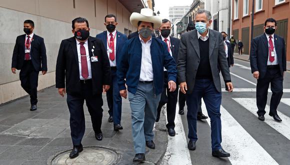 Pedro Francke (al lado derecho del presidente Pedro Castillo) milita en la agrupación Nuevo Perú, aliada al gobierno y liderada por Verónika Mendoza. (Foto: Presidencia)