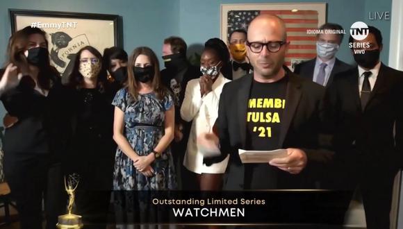 """Damon Lindelof de """"Watchmen"""", acompañado por los demás escritores de la serie, dedicó el premio a las víctimas de la masacre de Tulsa; hecho real que inspiró la trama de la serie. Foto: TNT."""