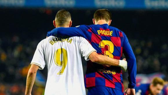 Benzema abrazando a Piqué durante un Real Madrid vs. Barcelona. (Foto: EFE)