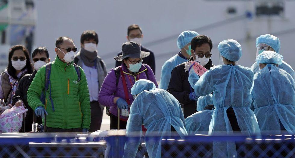 Los pasajeros del Diamond Princess son revisados por los trabajadores sanitarios del Japón. (EFE).