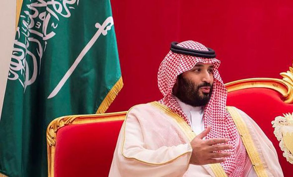El hombre fuerte de Arabia Saudita arribó con su comitiva al Aeropuerto Internacional Ministro Pistarini y fue recibido por el ministro argentino de Relaciones Exteriores, Jorge Faurie. (Foto: EFE)