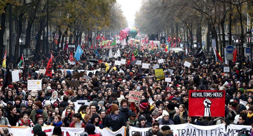 """Los manifestantes sujetan una pancarta en la que se puede leer """"revoltons-nous"""",(lit. vamos a rebelarnos), durante una protesta contra la reforma de las pensiones, madre de todas las reformas del presidente francés, Emmanuel Macron, este jueves en París. Las pensiones se someten desde ayer a la prueba de la calle con una huelga que, en los transportes y otros sectores que ven amenazados sus regímenes especiales, puede convertirse en indefinida y paralizar el país. (EFE)"""