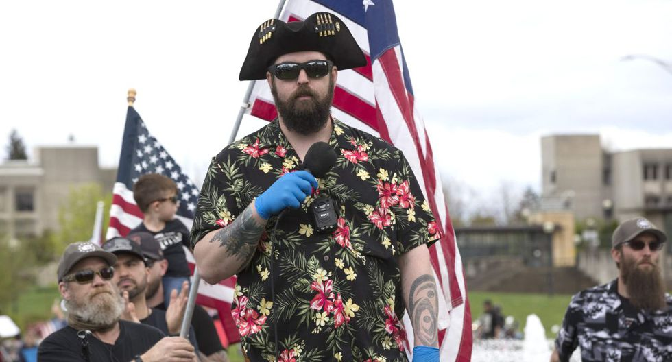 """Los Boogaloo Boys son un grupo de extrema derecha que además de llevar camisas hawaianas esperan protagonizar una """"segunda guerra civirl"""" en Estados Unidos. (Foto de archivo: AFP)"""