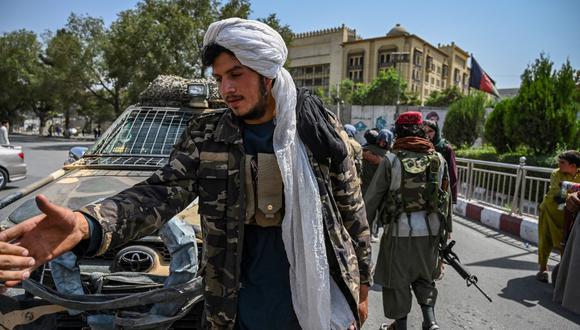 En la foto se aprecia a un grupo de combatientes talibanes montando guardia en una calle de la plaza Massoud, en Kabul, el 16 de agosto de 2021. (Foto de Wakil Kohsar / AFP)