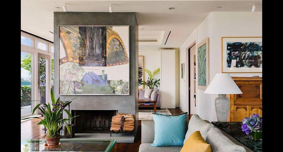 El espacio tipo loft muestra vistas desde las ventanas del piso al techo en la sala de estar y el comedor, y cuenta con una chimenea, pisos de tablones anchos y acceso a la terraza. (Foto: Realtor)