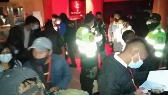 La Policía y la Municipalidad Provincial de Puno realizaron un operativo en el que se intervino a más de 30 personas en una discoteca que funcionaba de manera clandestina en horario de toque de queda   Foto: Diario Los Andes / Facebook