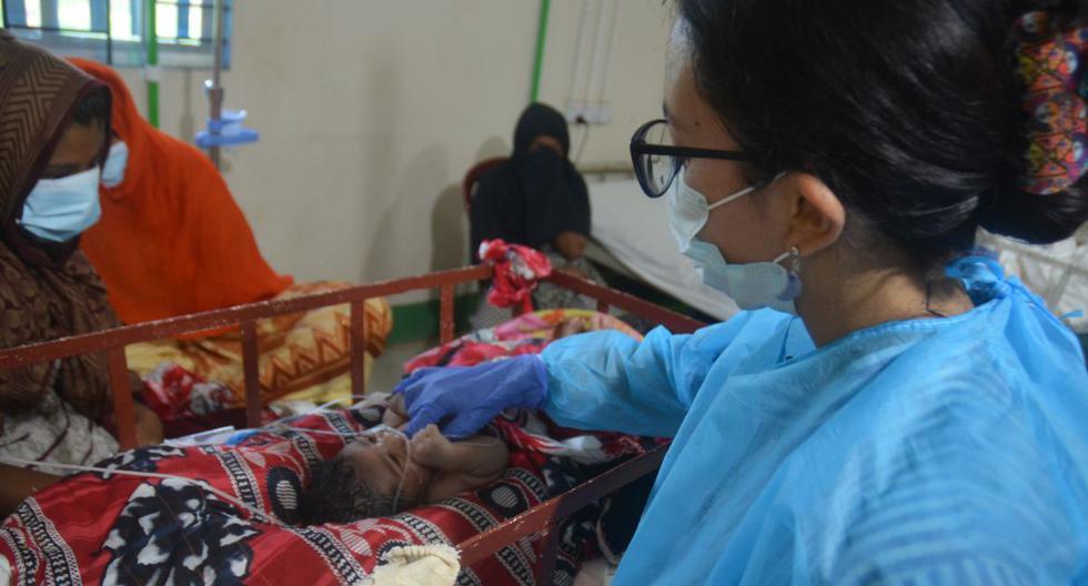 La pediatra peruana Ferdyoli Porcel revisa a un bebé en la guardia de cuidados intensivos neonatales del hospital de Médicos Sin Fronteras especializado en maternidad y pediatría en el distrito Cox's Bazar. (Foto: Médicos sin Fronteras)