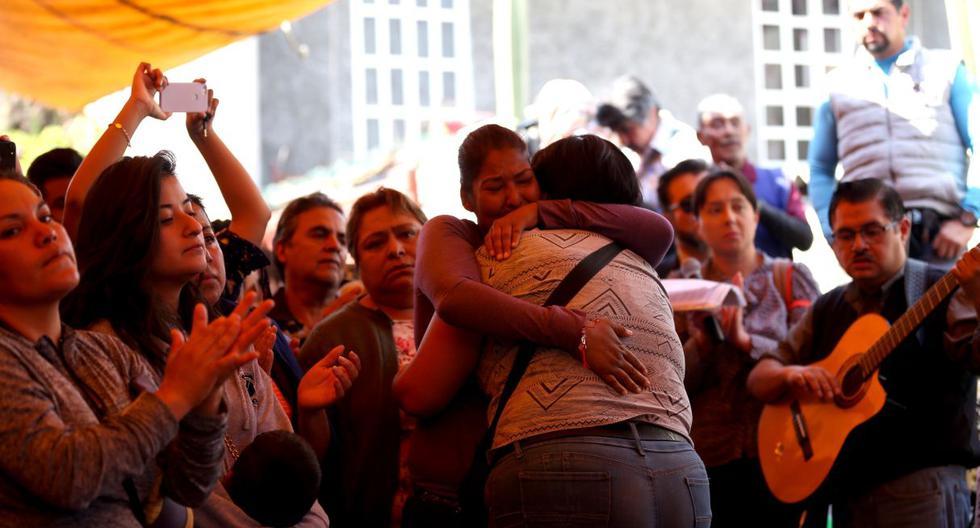 Familiares y amigos de la familia de la niña Fátima Aldriguett asisten a su funeral, en el barrio de Tulyehualco de la Ciudad de México. (EFE).
