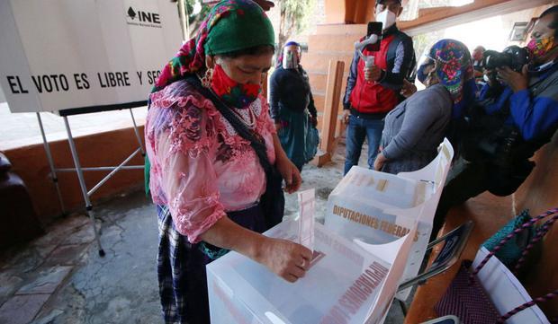 Una mujer emite su voto en un colegio electoral, en San Bartolomé Quialana, estado de Oaxaca, el 6 de junio de 2021. (Foto: Patricia Castellanos / AFP)