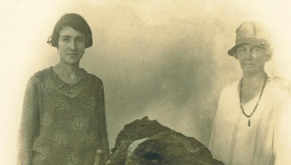 Al lado izquierdo, la arqueóloga Rebeca Carrión Cachot detrás de un fardo funerario. (Foto: Twitter Museo de Arqueología y Antropoligía UNMSM @MuseoArqUNSM)