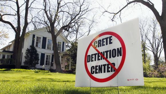 Illinois es el primer estado que prohíbe a empresas privadas firmar contratos con comunidades locales para detener migrantes. (Foto: AP)