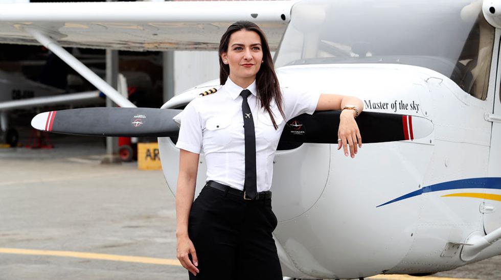 Michelle Fankhauser posa frente a un avión Cessna 172 en la pista de aterrizaje de la escuela Master of the Sky, en San Bartolo. (Rolly Reyna / El Comercio)