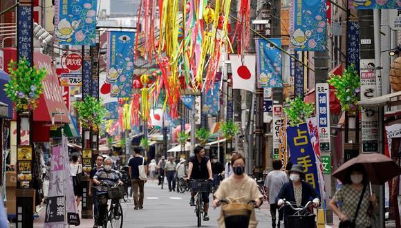 La gente se desplaza por una calle comercial en Tokio. La capital de Japón ha registrado un récord diario de contagios de coronavirus. (EFE / EPA / FRANCK ROBICHON)-