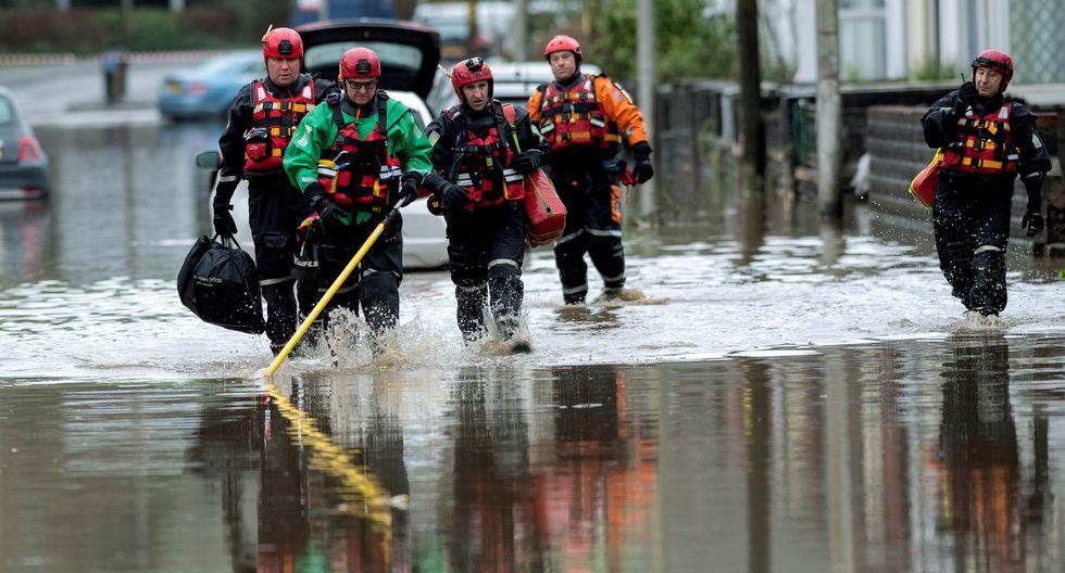 Oficiales del servicio de emergencia registran una zona afectada por las inundaciones de la aldea de Nantgarw, cerca de Cardiff, Gales del Sur. (Foto: EFE)