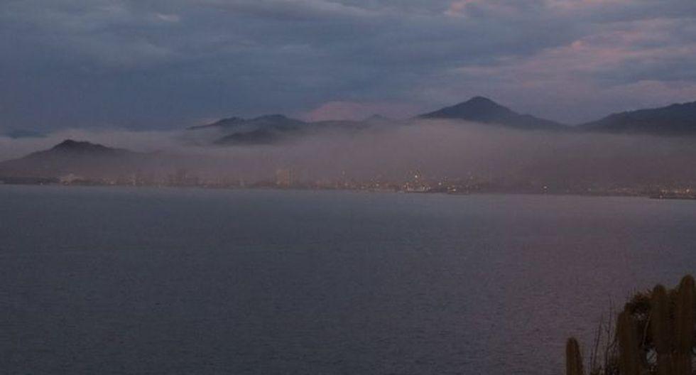 Desde la distancia es visible la nube de contaminación que envuelve completamente la ciudad de Guanta. Foto: G. D. OLMO, vía BBC Mundo