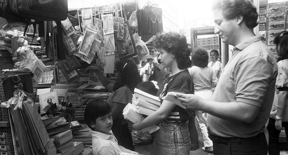 El gesto de este pequeño llamó la atención de nuestro reportero gráfico Juvenal Alvarado mientras recorría el mercado Central en plena campaña escolar de 1988. Foto: Juvenal Alvarado/ GEC Archivo Histórico