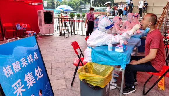 Personas que se someten a pruebas de ácido nucleico para el coronavirus Covid-19 en Shenzhen, en la provincia de Guangdong, en el sur de China. (Foto: STR / AFP)