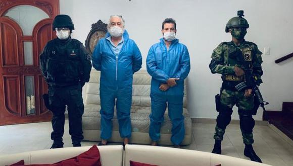 Mark Grenon (de azul, izquierda) y su hijo Joseph tras ser detenidos en Colombia. (Foto: Fiscalía de Colombia)