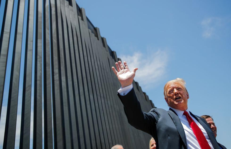 """El presidente de Estados Unidos, Donald Trump, alegó este martes que su """"muro"""" ha """"frenado"""" la entrada de la COVID-19 desde México, a pesar de que su país supera con creces al vecino en número de muertes y de que los estados fronterizos de Arizona, Texas y California experimentan un fuerte repunte de contagios. (REUTERS/Carlos Barria)."""