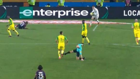 YouTube: insólito momento, árbitro intentó agredir a jugador. (Foto: AFP)