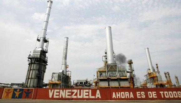 Producción petrolera de Venezuela cae a su mínimo en 13 años