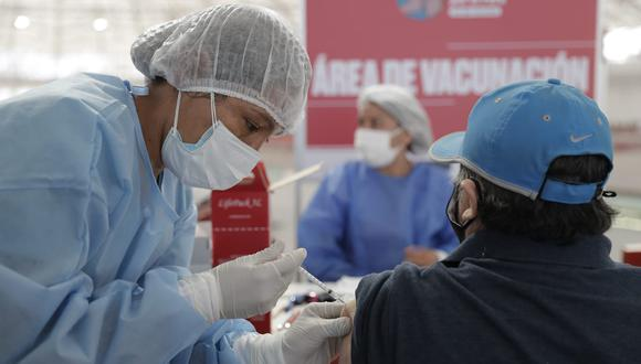 Los ciudadanos con males oncológicos serán inoculados en los hospitales donde reciben atención regular. (Foto referencial: archivo El Comercio)
