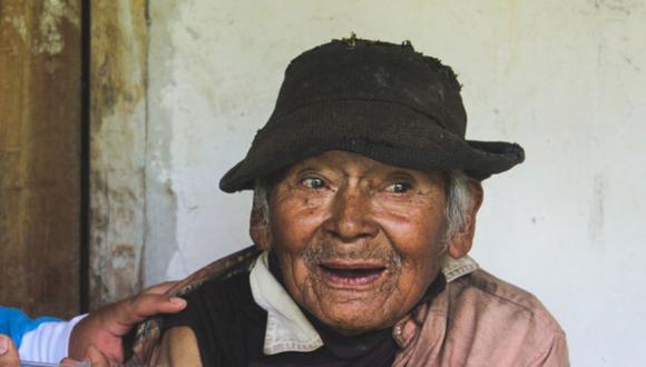 """El centenario hombre, conocido como """"Don Mashico"""", nació en 1900 y es uno de los 43 mil adultos mayores de 80 años que son vacunados en estos días. (Foto: Diresa Huánuco)"""