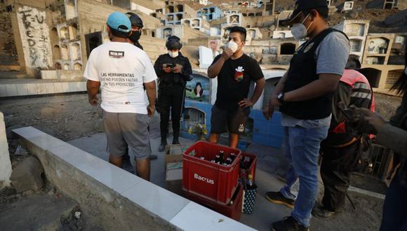 Los agentes de la comisaría de Comas, integrantes del Escuadrón Verde y serenos decomisaron tres cajas de cerveza. (César Bueno / @photo.gec)