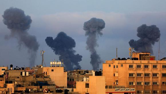 Ondas de humo tras los ataques aéreos israelíes en la región de Khan Yunis, en el sur de Gaza, controlada por el movimiento Hamas. (Foto de Mahmoud KHATAB / AFP).