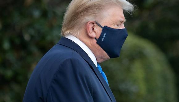 El presidente de Estados Unidos, Donald Trump, camina hacia Marine One antes de partir al Centro Médico Militar Walter Reed, después de dar positivo a coronavirus Covid-19. (Foto de SAUL LOEB / AFP).