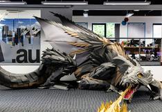 El enorme dragón de papel que adorna la oficina de estos seguidores de Game of Thrones