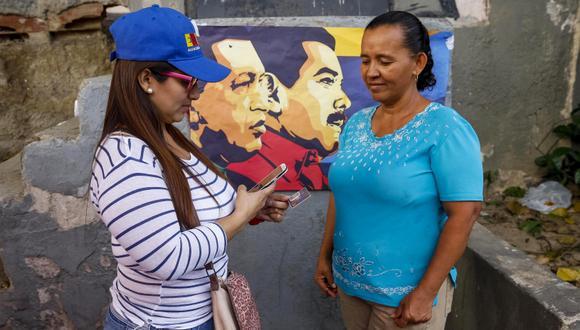 """Ciudadanos se concentraban en """"Puntos Rojos"""" para registrar sus Carné de la Patria luego de votar durante las elecciones presidenciales del domingo en Venezuela. (Foto: EFE/Edwigne Montilva)"""