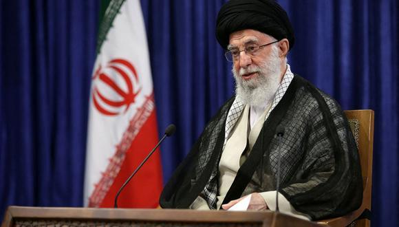 Una imagen proporcionada por la oficina del líder supremo de Irán, el ayatolá Alí Jamenei, lo muestra dirigiéndose a la nación durante un discurso televisado en la capital, Teherán, el 7 de mayo de 2021. (KHAMENEI.IR / AFP).