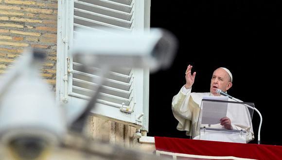 El Papa Francisco habla desde la ventana del palacio apostólico con vista a la plaza de San Pedro en el Vaticano durante la oración semanal del Ángelus el 6 de junio de 2021. (Foto de VINCENZO PINTO / AFP).