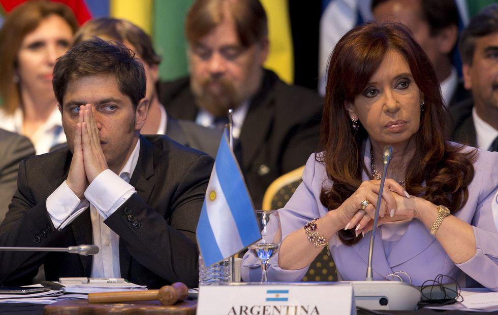 Axel Kicillof, ex ministro de Economía, junto a Cristina Kirchner en una cumbre del Mercosur en el 2014. (AP)