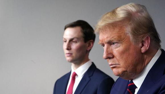 El presidente de Estados Unidos, Donald Trump, y su yerno Jared Kushner, durante la sesión informativa diaria sobre el nuevo coronavirus, COVID-19, en la Sala Brady de la Casa Blanca el 2 de abril de 2020. (Foto de MANDEL NGAN / AFP).